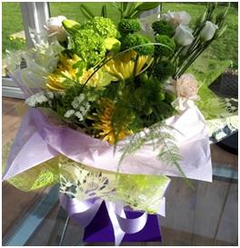 Yellow and White Aqua (Florist Choice)